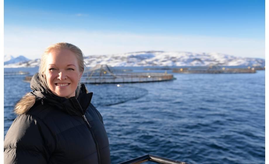Marit Bærøe, regiondirektør nord i Sjømat Norge, forteller at de har konstruktive møter med myndighetene og at det nå er arbeidsgrupper som skal jobbe videre med overvåkning og beredskap. Foto: Arve