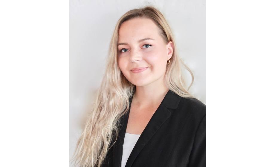 Anja Sjøvoll har en master i marin bioteknologi fra Universitetet i Tromsø og har tidligere arbeidet ved Akvaplan-Niva, Veterinærinstituttet og Skretting. Foto: Skretting