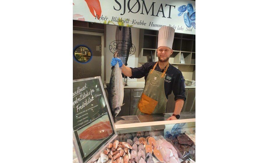 Ferskvareansvarleg på Coop Mega Linderud, Jørn Edvard Thalberg, viser fram den landbaserte laksen. Foto: Coop.