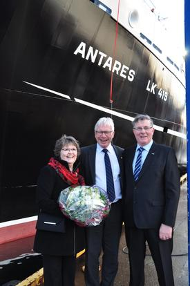 Verftseier Øyvind Iversen flankert av gudmor Irene Irvine og hennes ektemann og en av båtens skippere, Laurence Irvine.