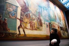 Kunstformidler Tone Dalen sier maleriet med de mange motivene som gir assosiasjoner til reise er malt på et solid lerret. Dessuten har Per Krohgs teknikk hatt betydning for at fargene fortsatt er sterke og klare. (Foto: Jan Petter Selbekk).