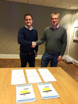 Salgsdirektør ved Havyard Ship Technology, Lars Conradi Andersen, og Arild Austrheim, maritim teknisk direktør i Fjord1 signerer kontrakt om tre el-ferger.