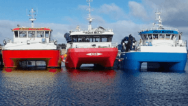 Tre av fartøyene ved kaia i Herfjord. Foto: Aqua Seaworks