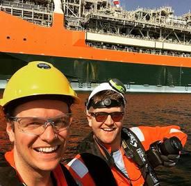 Selskapets ansatte Magnus Aarbakke (t.v) og Tor Alme ute på jobb. Foto: Saga Subsea