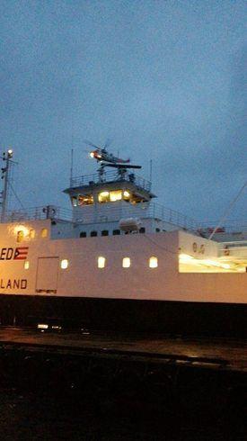 Redningshelikopter leverer lenser til MF Hordaland ved Varaldsøy. Foto: Olga Helen Ask