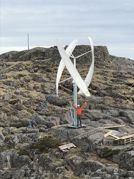 Størrelsesforholdet mellom menneske og vindmølle. Foto: Gwind.