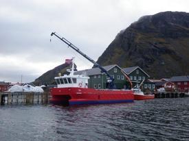 Arbeidsbåt til kai ved et av Lovundlaks sine anlegg. Foto: Lovundlaks.