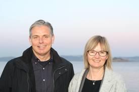 Frode Blakstad, Styreleder i Namdal Rensefisk og Nina Santi, Administrerende direktør i AquaGen signerte samarbeidsavtalen om etablering og drifting av et avlsprogram for rognkjeks.Foto: Aquagen.