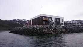 De ansatte på Nyvoll har fått et flunkende nytt moderne driftsbygg å boltre seg på. Foto: Willy Johansen.