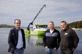 Tom Skotnes i Folla Maritime Service AS (til venstre) overleverte den nye servicekatamaranen AQS Hermod til prosjektleder Johnny Olsen og skipper Pål Anders Lauvsnes i AQS AS. Foto: Folla Maritime Service AS og AQS AS.