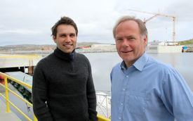Daglig leder Ola Krystad (til venstre) og daglig leder Are Brekk signerte tirsdag den femårige leieavtalen på vegne av respektive selskap; henholdsvis KB Dykk og Moen Ship Management. Foto: Torkil Marsdal Hanssen.