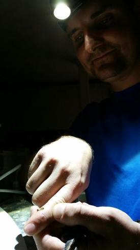Dan Kristian Larssen beskriver seg selv som stolt pappa til de nyklekte rognkjekslarvene. Foto: Atlantic Lumpus AS.