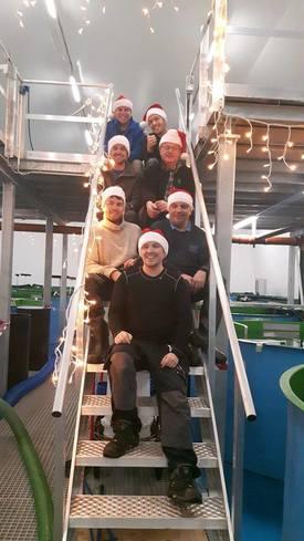 Glade ansatte ved Ryfylke rensefisk, med daglig leder Thomas Langhelle i front. Foto: Ryfylke Rensefisk.