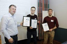 Juryleder Rune Volden sammen med NTNU-studentene Sveinung Liavaag og Albert Havnegjerde. Foto: NFA