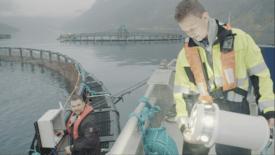 I seriens første episode får seerne blant annet bli med på utviklingen og lanseringen av de nye LED-lysene som NorseAqua har utviklet i samarbeid med Brønnøy-firmaet SBS Teknikk. Foto: NorseAqua.