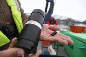 Mottaker (t.v.) og sender (t.h.) brukes for å følge fisken ved hjelp av lydsignaler gjennom vannmassen. Foto: Jo Espen Tau Strand.