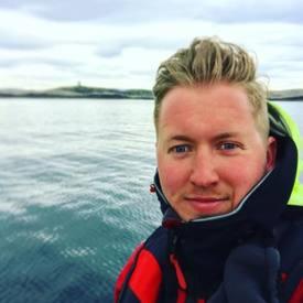 Jens Martin Dahle Olsen er ansvarlig for visningssenteret til Bjørøya som har fått over 1000 besøkende så langt i år, og er støtt og stadig på farten ute på sjøen i Flatanger. Foto: privat.