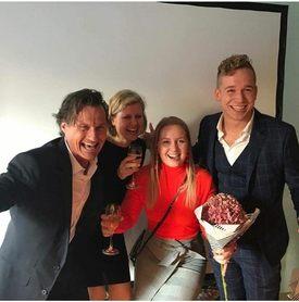 Vinner av Strawberry-million. F.v: Petter Stordalen, Gry Løkke, Karoline Sjødal Olsen og Lars-Kristian Opstad. Foto: Privat.