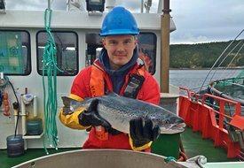 Kristoffer Berglund Andreassen sier vintersår generelt sett er en utfordring i Nord-Norge. Han mener det viktigste man kan gjøre er å gi fisken en god vaksine, for deretter å legge en god lusestrategi. Foto: Privat.