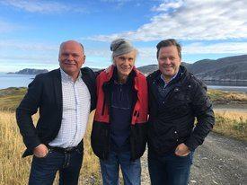 Investor Torbjørn Theier og Arne Hjeltnes i Norwegian Fish Company, her sammen med Hermann Pettersen, (i midten) som selskapet kjøpte fabrikken i Mehamn av. Foto: Norwegian Fish Company.