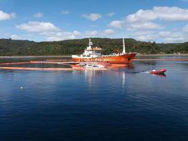 Labores de retiro de residuos líquidos y sólidos luego del hundimiento del wellboat Seikongen. Imagen: Armada de Chile.
