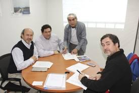 Firma del acuerdo con Sindicato de Establecimiento de Salmones Blumar XI Región, Raúl Hermosilla, Johano Fernández, Dionisio Igor y Pedro Acuña Moenne. Foto: Blumar.