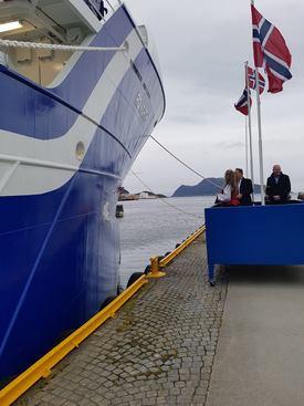 Under seremonien fra venstre: Anne Iversen (gudmor/Rostein as), Jarle Gunnarstein (verftsdirektør/Larsnes Mek Verksted AS) og Odd Einar Sandøy (reder/Rostein AS).