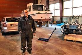 Fred Åge Hyllestad har lang erfaring og fagkompetanse innen bilreparasjonog mekanikk. Foto: Finio.