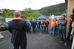 Lerøy Vest, anført av leder Willy Berglund (med ryggen til), inviterte mandag til åpning av det nye Preline anlegget.