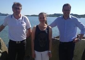 Stipendiat Elise K. Kuntze sammen med Lofotprodukts økonomisjef Jim I. Hammer (t.v.) og daglig leder Sigvald Rist (t.h.). Foto: Lofotprodukt AS