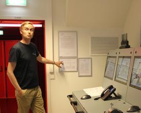 Faglærer Isak Arne Stensaker viser oss rundt i simulatoren