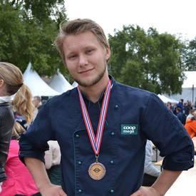 Jørn Edvard Thalberg er nøye på kvaliteten på laksen før han selger det til kundene sine. Foto: Privat.