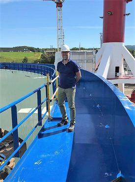 Prosjektleder Steingrim Holm sier de nå gjør viktige og kritiske uttestinger på merden, før den skal leveres om få dager. Foto: Midt-Norsk havbruk Produksjon AS.