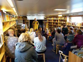 Barna følger spent med om bord i  «Epos» Foto:  Bjørn Vatne/Fylkesbiblioteket i Møre og Romsdal