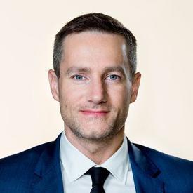 Næringsminister Rasmus Jarlov (K) advarer mot et kappløp mot bunnen