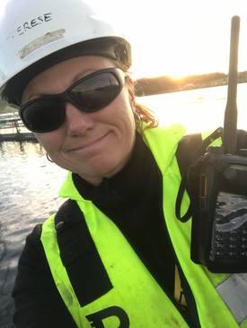 Therese Eleonor Andersson treffer stadig nye folk i sin hverdag på merdkanten. Det trives hun svært godt med. Foto: Privat.