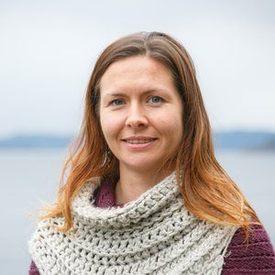 Barbro Taraldset Haugland forteller det er vanskelig å si hvor mye hydrogenperoksid som faktisk når ned til taren i forbindelse med lusebehandling. - Det jobbes for å øke kunnskapen om dette, sier hun. Foto: Havforskningsinstituttet.