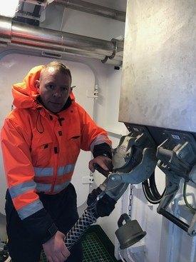 Fungerende havnekapteing på Ålesund Havn, Steve Hansen mener at den nye ladestasjonen har hevet miljøbevisstheten hos alle ansatte på havnen. Foto: Ålesund Havn