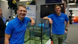 Martin Munkeby (derecha), desarrollador de productos en NorseAqua. Foto: Eystein Fiskum Hansvik.