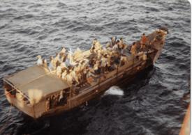 På denne båten befant det seg 196 personer da mannskapet på MT «Brimanger» oppdaget dem. Foto: Frank Pedersen