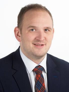 Samferdselsminister Jon Georg Dale vil ta i bruk økonomiske sanksjoner mot Torghatten dersom regulariteten ikke bedrer seg. Foto: Stortinget