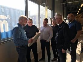 Administrerende direktør og grunder i Shipnor, Otto Hammerø (nr. 1 fra venstre), viser imponerte islendinger rundt i fabrikken. De øvrige på bildet er fra islandske rederier som bygger trålere ved Vard Aukra. Foto: Shipnor