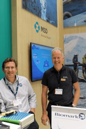 Kristian Straume-Lie fra Biomark og Niels-Petter Maaseide fra MSD Animal Health viser frem det nye digitale målebrettet.