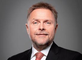 Administrerende direktør Tor Arne Borge i Kystrederiene ønsker Kristoffersen velkommen om bord.