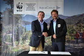 Gerente general de AquaChile,  Sady Delgado y director de WWF Chile, Ricardo Bosshard en la firma del convenio. Foto: Archivo Salmonexpert.