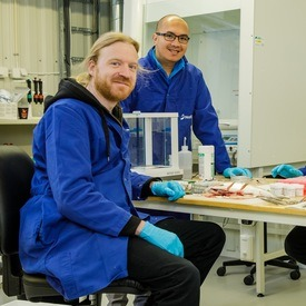 Nofimas Gerrit Timmerhaus og Carlo Lazado forsket i prosjektet, med kollega Lill-Heidi Johansen som prosjektleder. Foto: Terje Aamodt, Nofima.