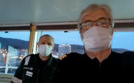 Kaptein Vitaly Shtefuryak og statslos Jostein Aadland om bord på MT JS Ineos Ingenuity. – Bruker vi munnbind, letter det veldig på stemningen ombord, sier Jostein. Foto: Privat