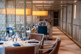 Passasjerene kan spise med god utsikt fra Restaurant 270º. Foto: Oclin