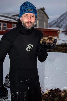 Seniorforsker Philip John James, forteller at kråkeboller har i lang tid beitet ned tareskogen langs hele norskekysten. Han tror nå han en god løsning er å høste dem for videre oppdrett. Foto: Tor H. Evensen / Nofima.