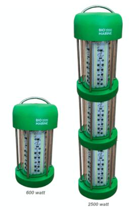 Lyskildene som ble brukt i forsøket Havforskningsinstituttet kjørte, var av typen AquaLux på hhv. 600 W og 2500 W, utviklet av OxyVision.
